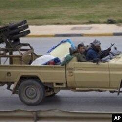 3月19日利比亚反政府武装开车穿过班加西