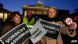 Berlin'de ırkçılığı ve cinayetleri kınayan Almanlar