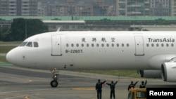 一架台湾复兴航空公司的客机停在台北的机场。(资料照)