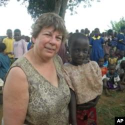 黛安娜•克罗斯卡访问乌干达,与那里的学生合影