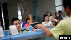 중국 지린성 훈춘시 북한 접경 출입국사무소에서 직원이 여권을 확인하고 있다. (자료사진)