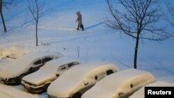 Hujan salju dan suhu minus 7 derajat Celsius di Minsk. (Reuters/Vasily Fedosenko)