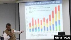 Kepala Pusat Data Infomasi dan Hubungan Masyarakat BNPB Agus Wibowo dalam konferensi pers usai Rapat Koordinasi Penanganan Darurat, Bencana Banjir Bandang, Tanah Longsor dan Angin Puting Beliung di Graha BNPB, Jakarta, Selasa, 17 Desember 2019. (Foto: VOA/Ghita)