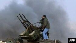 Phe nổi dậy phản pháo trong cuộc giao tranh với các lực lượng trung thành với ông Moammar Gadhafi gần Ras Lanuf, ngày 4 tháng 3, 2011.