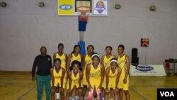 Iqembu lamantombazana emdlalweni weBasektball ele Lakers Basketball Ladies