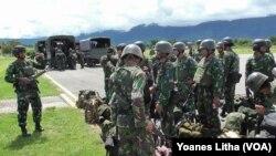Kedatangan 150 personel anggota TNI yang diangkut dengan 2 pesawat angkut militer TNI AU di Bandara Kasiguncu Poso, menggantikan personel TNI yang ditarik setelah 5 bulan bertugas dalam upaya perburuan kelompok Teroris Santoso di hutan pegunungan di Kabupaten Poso, Sulawesi Tengah (23/1). (VOA/Yoanes Litha)