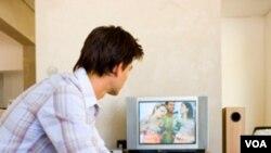 Adam Brasel indica que cada vez que usted cambia de la pantalla del TV a la del computador está perdiendo tiempo y productividad.