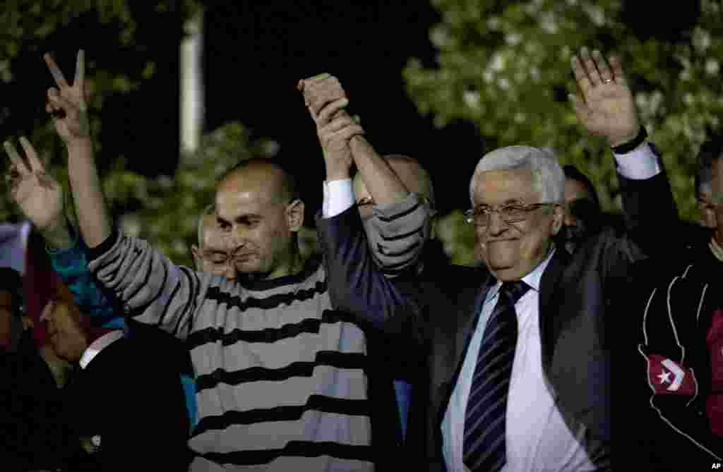 Fələstinlilərin prezidenti Mahmud Abbas azad edilən fələstinlilərlə görüşür - Ramallah, 30 oktyabr, 2013