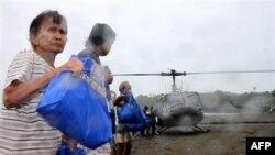 Người dân ở đảo Cagraray giúp dỡ hàng cứu trợ từ trực thăng của quân đội Philippines