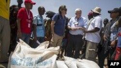 سوڈان میں انسانی ہمدردی کے کارکن ضرورت مندوں میں خوراک تقسیم کر رہے ہیں۔ فائل فوٹو