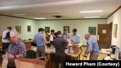 Howard Pham (mũ đen, giữa) đang giúp đóng gói các kiện vật phẩm cùng với các hội viên khác của hội Freemason ở thành phố Houston, bang Texas.
