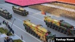 10일 오후 평양 김일성 광장에서 열린 북한 노동당 창건 70주년 기념 열병식에서 탄두가 개량된 KN-08 등 각종 무기가 잇달아 공개되고 있다. (사진=연합뉴스)
