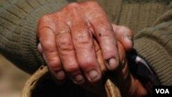El guante que estabiliza los temblores en las manos consta de giroscopios y sensores inteligentes.