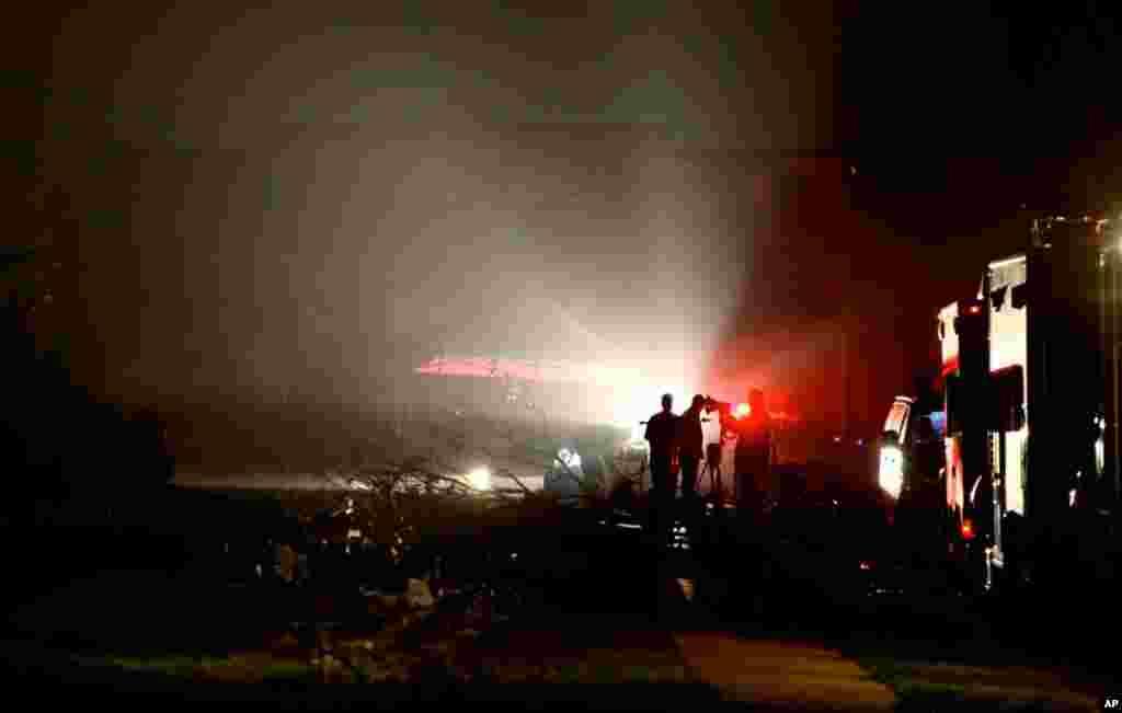 Uno de los tornados en Lancaster, Texas, afectó cerca de 8.400 casas y negocios que quedaron sin electricidad tras las tormentas. (AP)