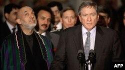 Đặc sứ Hoa Kỳ phụ trách Afghanistan và Pakistan Richard Holbrooke, phải, và Tổng thống Afghanistan Hamid Karzai