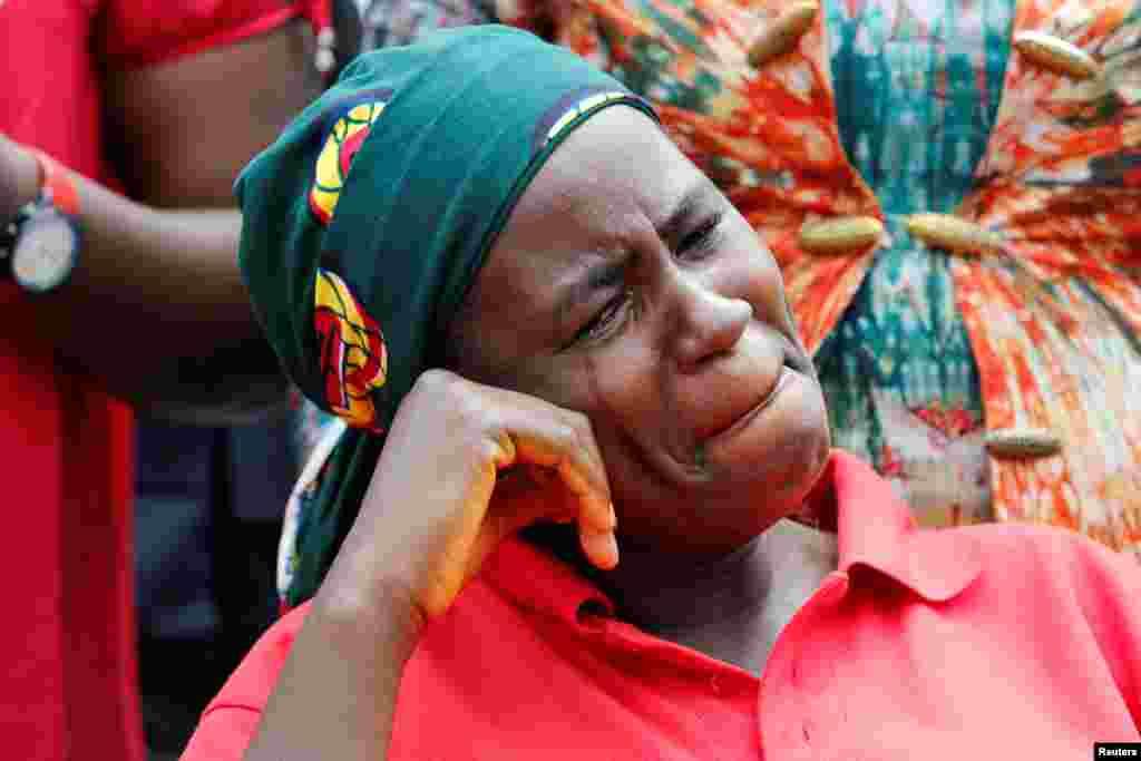អាណាព្យាបាលម្នាក់នៃក្មេងស្រីសិស្សសាលា Chibok ដែលត្រូវបានចាប់ជម្រិត ធ្វើការយំសោក បន្ទាប់ពីប៉ូលិសបានហាមប្រាមម្តាយឪពុកក្មេងស្រីទាំងនោះមិនឲ្យជួបប្រធានាធិបតីលោក Muhammadu Buhari នៅអំឡុងពេលក្បួនដង្ហែមួយនៅក្រុង Abuja ប្រទេសនីហ្សេរីយ៉ា។