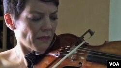 آن آکیکو میرز، نوازنده زبردست ویولن آمریکا، در حال نواختن ویولن ساخته گارنری دل گسو در نیمه قرن هجدهم