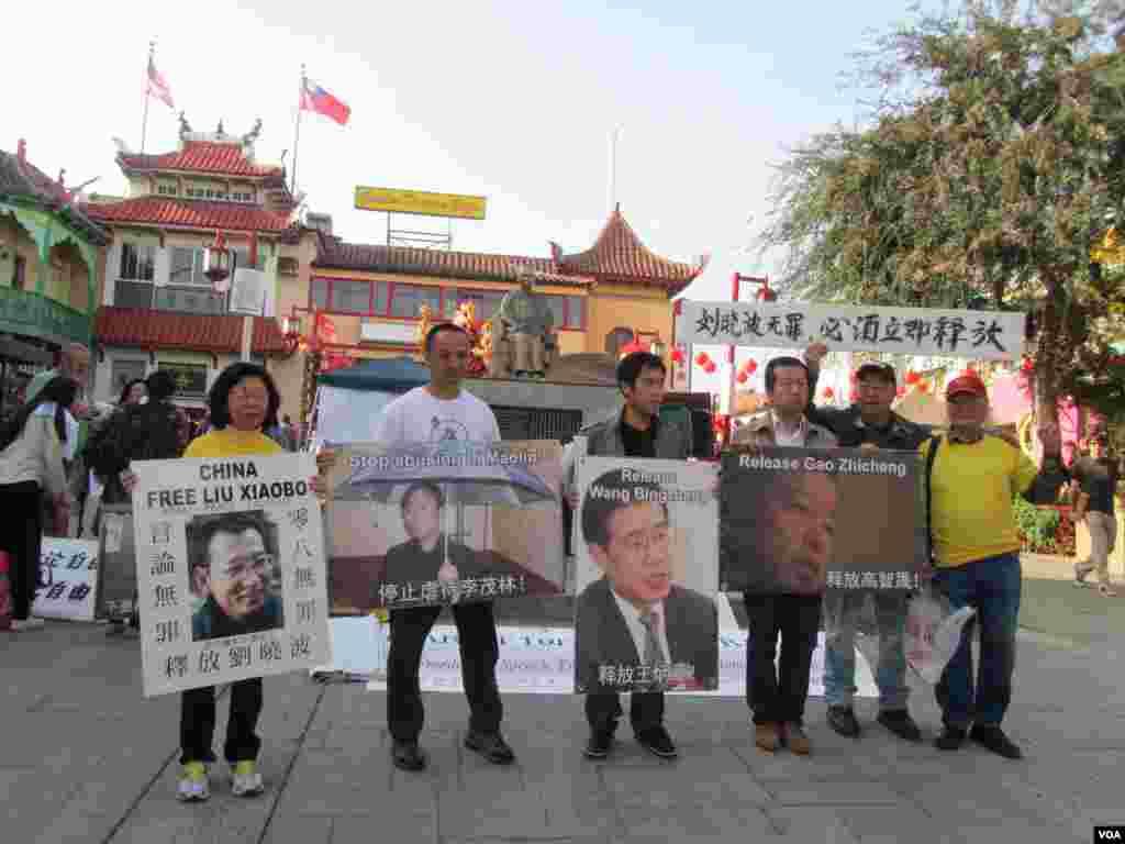 视觉艺术家协会会长刘雅雅( 左) 右派分子冯国将( 右)(美国之音容易拍摄)