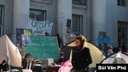 Sproul Plaza trong những ngày có phong trào Occupy Cal. (Ảnh: Bùi Văn Phú)