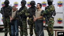 Venecuelanski vojnici prate kolumbijske šefove trgovine drogom - Maksimilijana Oroska i Gildarda Kardonu, koji su u decembru 2011. izručeni SAD.