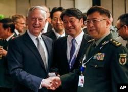 美国国防部长马蒂斯在香格里拉对话期间与日本防卫大臣小野寺五典和中国军事科学院副院长何雷交谈