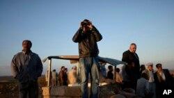 土耳其库尔德人观察库尔德武装与伊斯兰国武装在叙土边境交火