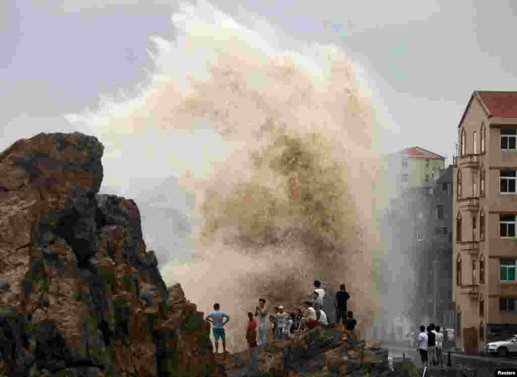 چین میں 'ساؤڈیلور' نامی طوفان سے اٹھنے والی ایک بڑی لہر۔