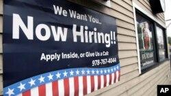 Une offre d'emploi sur un panneau publicitaire érigé devant un restaurant à Middleton dans l'Etat du Massachusetts, Etats-Unis, le 24 juillet 2017.