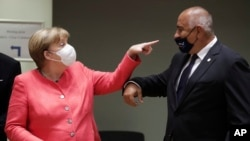 Chancelye Almay la, Angela Merkel, agoch, k ap pale avèk Premye Minis Bilgari a, Boyko Borissov, pandan yon rankont nan somè Inyon Ewòp la nan Briksèl, Lasuis, vandredi 17 jiyè 2020 an.