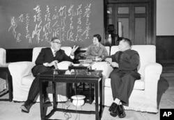1974年11月27日,邓小平会见来访的美国国务卿基辛格。