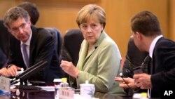 La canciller alemana Angela Merkel, conversa durante una reunión en China.