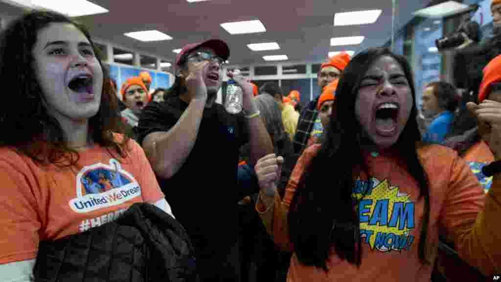 """Manifestantes protestam contra as medidas de imigração de Donald Trump sobre os """"sonhadores"""" DACA."""