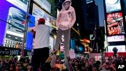 14일 뉴욕에서 조지 짐머만 무죄 판결에 항의하는 시민들이 모여 시위를 하고 있다.