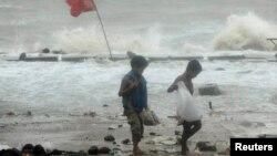 방글라데시 치타공 항구 인근 해변에서 16일 사이클론 '마하센' 영향으로 파도가 높게 일고있다.