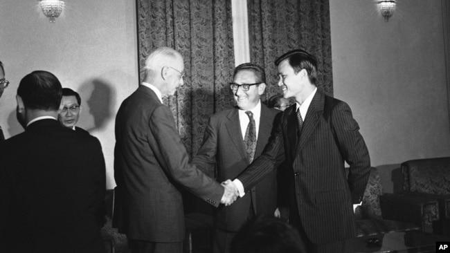 Ông Hoàng Đức Nhã, Tham vụ báo chí và cố vấn của Tổng Thống Thiệu,bắt tay Đại sứ Hoa Kỳ tại Saigon Elleworth Bunker, ngày17/8/1972, trước cuộc họp giữa TT Thiệu và Cố vấn An ninh quốc gia Mỹ Henry A Kissinger