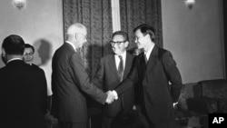 Ông Hoàng Đức Nhã (phải) bắt tay với Đại sứ Hoa Kỳ tại miền Nam Việt Nam Elleworth Bunker, 17/8/1972, trước buổi họp giữa Tổng thống Thiệu và Cố vấn Kissinger (giữa).