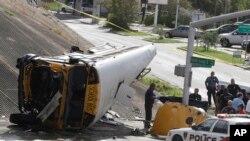 El autobús escolar cayó desde un puente en Houston cuando viajaba con cuatro estudiantes, el martes, 15 de septiembre de 2015.