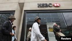 Wisatawan melewati sebuah bank HSBC di London (Foto: dok). HSBC digugat Departemen Kehakiman AS terkait usaha pencucian uang di AS.