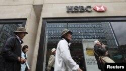 Sebuah bank HSBC di London (Foto: dok). Standar Keamanan Transaksi Bank global HSBC membuat bank tersebut rentan terhadap pencucian uang (money laundry).