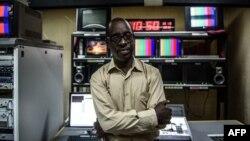 ຜູ້ອຳນວຍການ ໂທລະພາບ ແລະວິທະຍຸ ແຫ່ງຊາດ ຂອງບູຣຸນດີ, ທ່ານ ເນັສເຕີ ບັງກູມູຄຸນຊີ (Nestor Bankumukunzi), ຢືນຖ່າຍຮູບ ຢູ່ໃນຫ້ອງອັດ ທີ່ນະຄອນຫຼວງ ບູຈຸມບູຣາ ເມື່ອວັນທີ 15 ພຶດສະພາ 2015.
