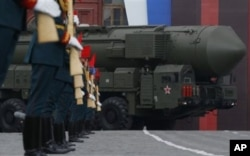 Rossiyaning Topol qit'alararo ballistik raketasi g'alaba kuni ommaga namoyish qilinmoqda. Moskva. 9-may, 2011-yil.