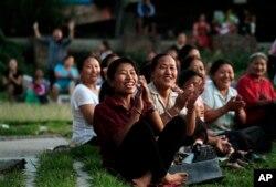 2012年6月18日,流亡藏人妇女在尼泊尔加德满都的一处难民营内观看一场庆祝达赖喇嘛生日的足球赛。