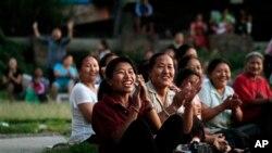 流亡藏人妇女在尼泊尔加德满都的一处难民营内观看一场庆祝达赖喇嘛生日的足球赛(资料照片)