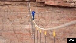 ທ່ານ Nik Wallenda ໄດ້ປະສົບຜົນສໍາເລັດ ໃນການຍ່າງໄຕ່ເຫລັກລວດ ທີ່ມີຄວາມໜາພຽງຫ້າຊັງຕີແມດ ຂ້າມເຫວ Grand Canyon.
