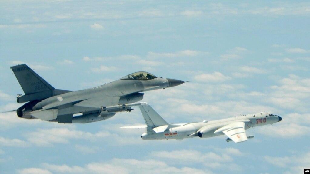 台灣國防部2018年5月11日公佈的照片顯示台灣空軍的一架戰鬥機貼近中國空軍的轟6-K轟炸機飛行。 這架轟炸機據說在演習期間飛過了台灣以南的呂宋海峽。