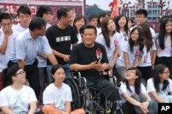 中國民運人士方政(坐輪椅者)到維園與參加天安門體驗營的學生對話並合照