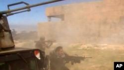 Ảnh trích từ video cho thấy binh sĩ nã đạn vào một mục tiêu ở Tikrit, Iraq, 11/3/15