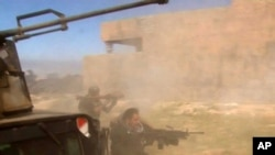 伊拉克士兵对提克里特的目标开火(视频截图)
