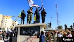 Un grupo de seguidores de la milicia chií en Irak echaron abajo una puerta de entrada de la embajada en Bagdad y entraron por la fuerza, el 31 de diciembre de 2019 (Foto: Reuters/Thaier al-Sudani)