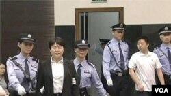 Công an áp giải bà Cốc Khai Lai tới phòng xử án tại Tòa án Nhân dân thành phố Hợp Phì ở miền đông Trung Quốc, ngày 9/8/2012